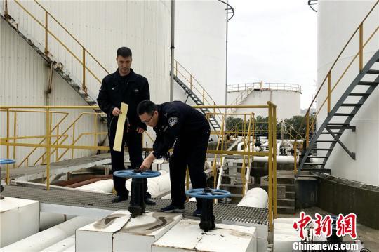 图为宁波海关缉私警察查封涉案油库 盛浙君 摄