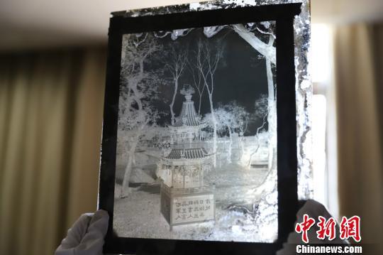 玻璃底片上的黑白画面。 王哲能  摄