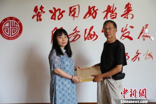 宋天浩将数百件玻璃底片捐给当地档案馆。 王哲能  摄