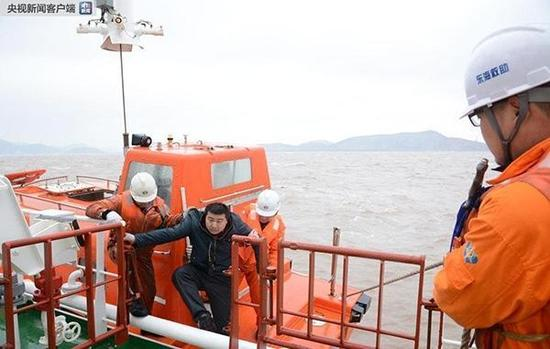 大浦江倾覆货船救助。