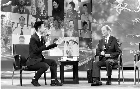 蒋克铸(右)接受央视主持人采访。杨磊 供图