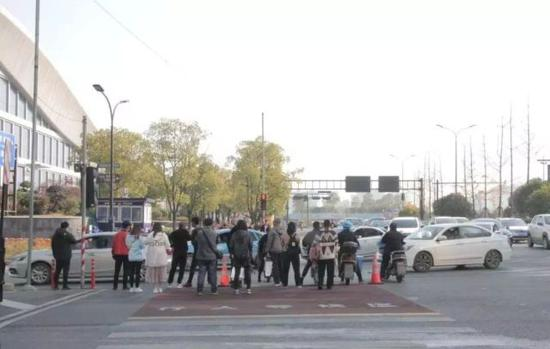 杭州东站治堵:上匝道口将造过街天桥大型停车场在建