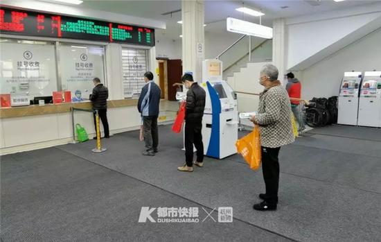 浙江省立同德医院门诊大厅挂号收费处,患者正有序排队