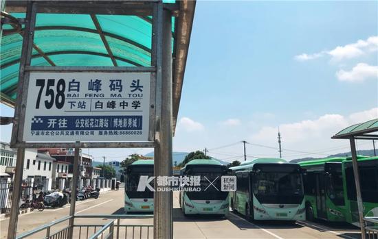 坐公交到了宁波白峰码头,下一站就是舟山。摄影 黄煜轩