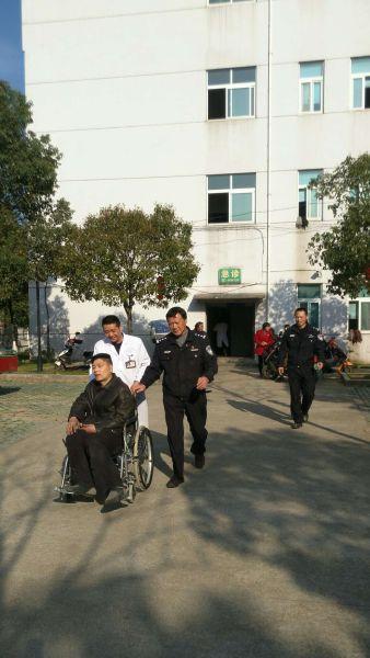 伤者郑某虽然身上多处骨折,但是没有生命危险 警方提供