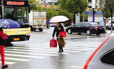在站前路和六虹桥路交叉口,斑马线绿灯时间设置短让行人过街很着急。刘伟摄