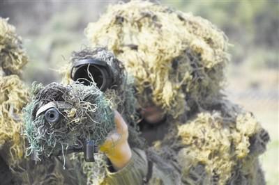 狙击手在狙击训练,百米外击穿子弹壳(右上) 金荣城/摄