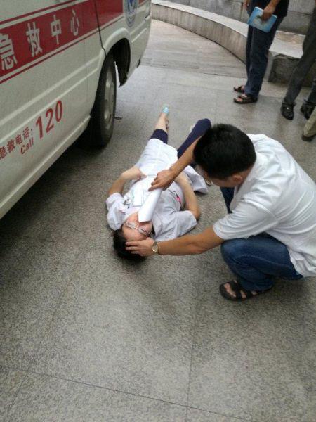 女医生周珍累倒在救护车旁 严林忠提供