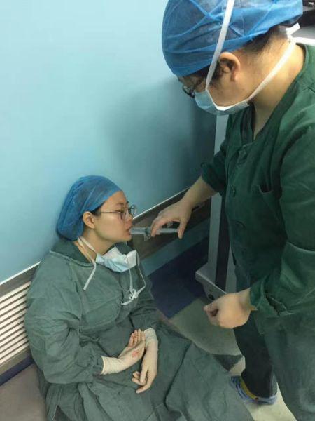 晕倒在手术台旁的护士 严林忠提供