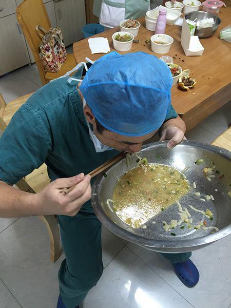 手术台上下来,饥饿难耐的骨科医生郭亮端起了面汤 严林忠提供