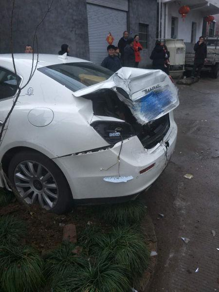 浙1男子撞百万豪车逃逸 被撞车主:幸亏没开劳斯莱斯
