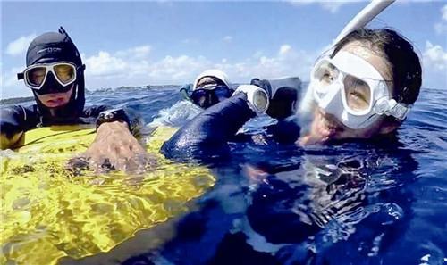 图为刘若虚(右一)在泰国潜水