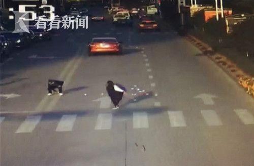 浙江1男子与女友吵架车窗往外撒钱 市民捡到后归还
