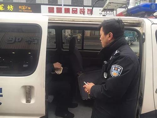 警方将孙某送往救助站 警方供图