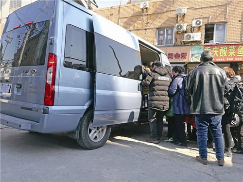 乘客坐面包车转移