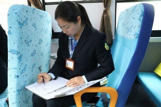 校车照管员洪云一路上反复确认学生名单,以免出错 赵阳、林琦提供