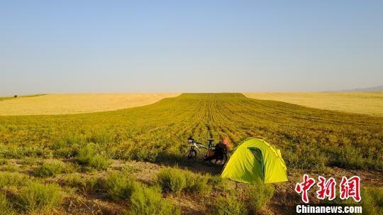 图为袁江磊在乌兹别克斯坦农地里露营。袁江磊提供