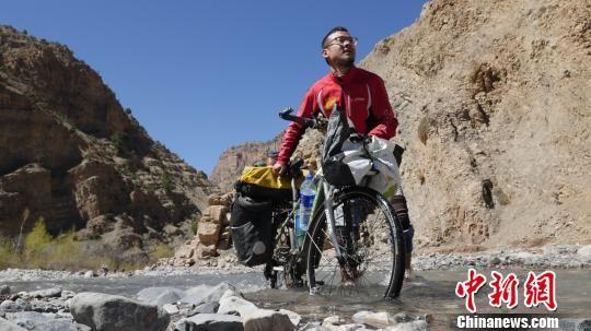 图为袁江磊在摩洛哥亚特拉斯山下河谷里推行。袁江磊提供