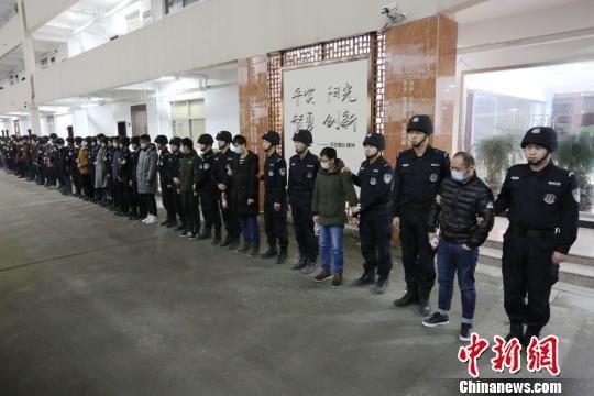 浙江警方破获特大电信诈骗案,抓获嫌疑人48人。 平阳警方供图