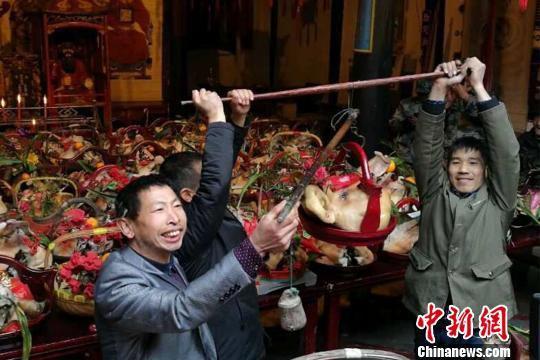 沿袭传统缅怀祖先 浙江淳安朱熹后人举行猪头祭祖