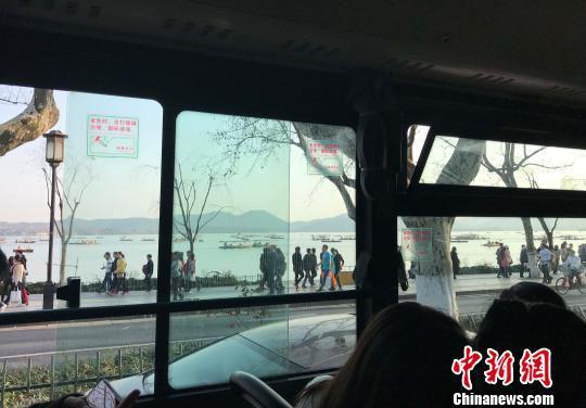 3月,杭州市公交车窗外的西湖景区。 张斌 摄
