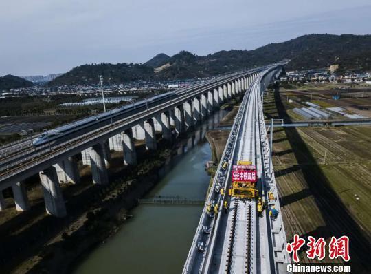 12日,杭州至黄山铁路客运专线轨道全线贯通。 吴怀球 摄
