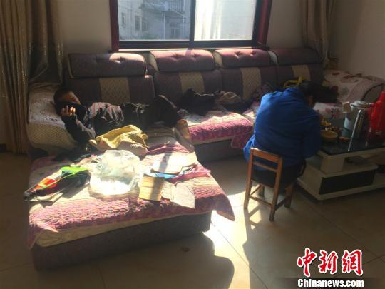 李利芳不在时,小儿子只能躺在沙发上 周禹龙 摄