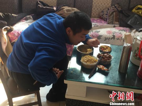 大儿子已经会自己吃饭 周禹龙 摄