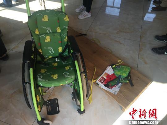 小儿子坐的轮椅 周禹龙 摄
