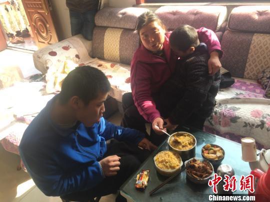 李利芳喂儿子吃饭 周禹龙 摄