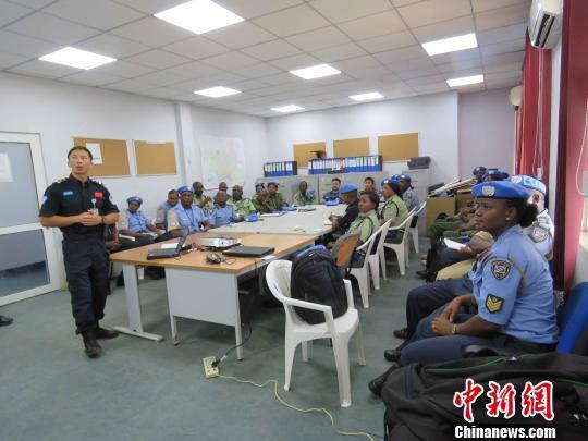 警队队长韦益毅为新入职警察作岗前业务培训。 浙江公安 供图