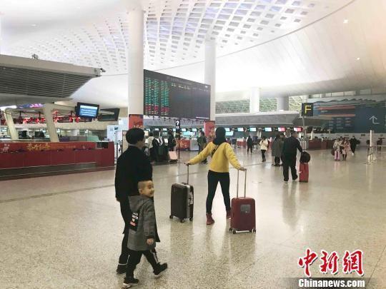 春运期间的杭州萧山国际机场。 张斌 摄