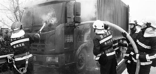 消防员正在用水枪灭火。