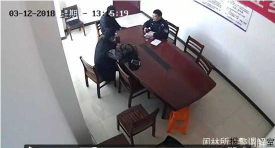 民警跟小赵谈了谈。
