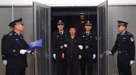闫永明被劝返回国时的场景。