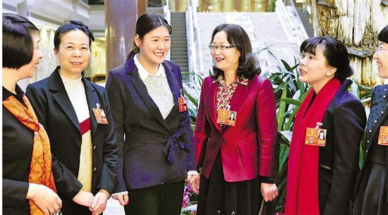 3月8日,我省几位女代表在一起讨论。浙江在线记者 梁臻 王坚颖 摄