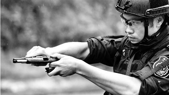 杭州特警枪王:国贸专业转行考特警 还有200度近视