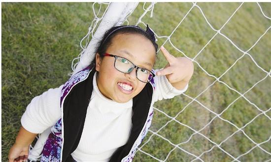 衢州女孩患侏儒症身高不足1.3米 乐观笑对袖珍人生