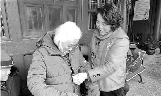 """王婉贞是岱山县几家敬老院里的""""常客"""",不管大小节日,她都会去看望老人。"""