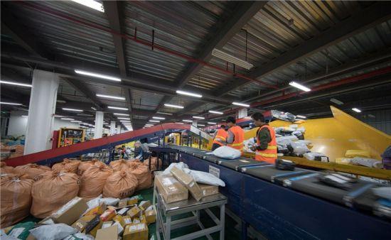 宁波国际邮件互换局内,工作人员正在整理邮件 谢浩 摄
