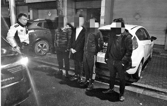 杭州1雷克萨斯车撞上路边车 一枚纽扣指认肇事司机