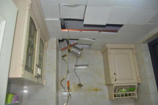 天花板被炸出一个大洞