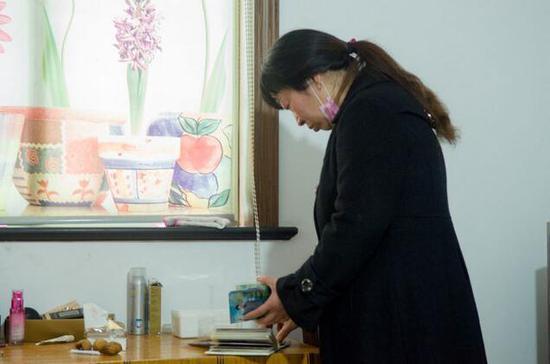 王红霞翻看丈夫的照片
