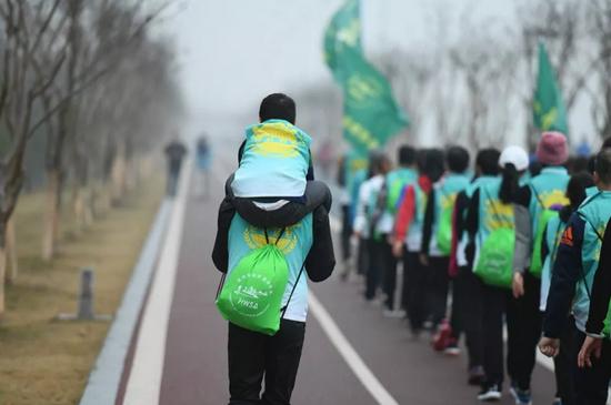 """""""拼命三郎""""带着儿子参加迎新年健步走活动。吉亚特 摄"""
