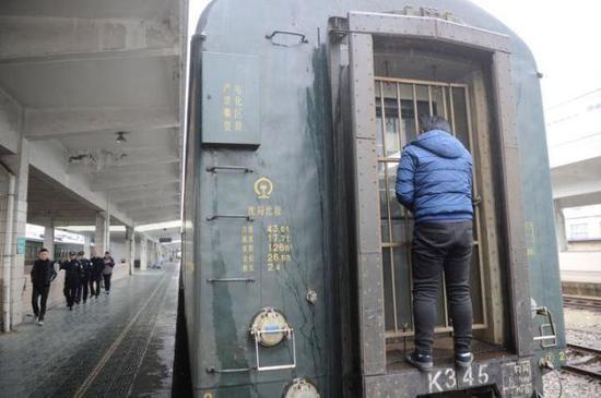 温州火车托运的藏獒越狱 列车行李车厢被迫停