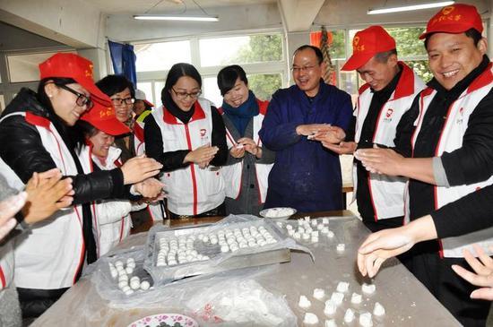 林晓亚和志愿者一起为敬老院的老人们包汤圆。陈红 摄