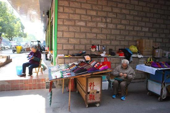 杭州6旬聋哑夫妻摆摊20年 自力更生巧手缝制保暖鞋