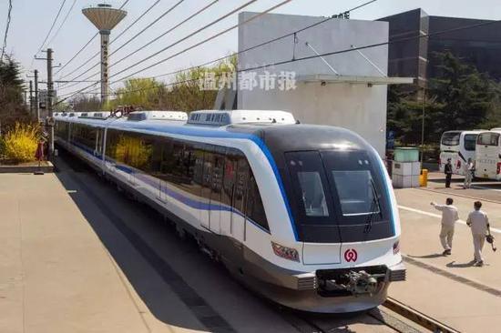 温州S1线首列市域动车组的车头造型以及外观,设计灵感来自于海豚的流线特征。