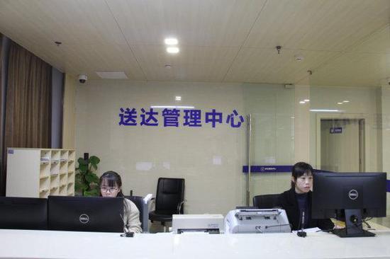 台州中院送达管理中心工作人员正在使用智能送达平台获取最优送达方式。杨琛琛 摄