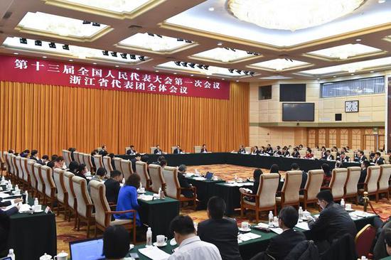 5日下午,浙江代表团在驻地举行全体会议,审议李克强总理代表国务院所作的政府工作报告。梁臻 摄